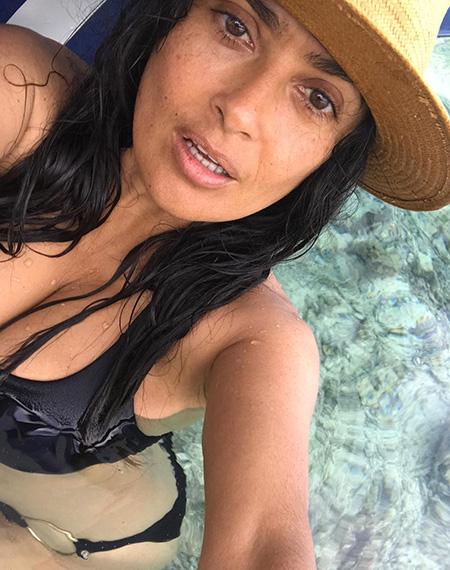 125930 Горячо: 51-летняя Сальма Хайек показала роскошную фигуру в купальнике