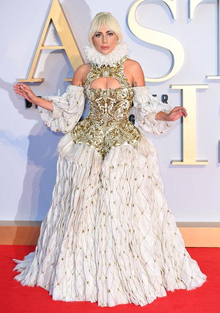 127632 Леди Гага в платье Alexander McQueen произвела фурор в Лондоне