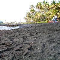 130872 Из-за извержения вулкана на Гавайях появился пляж с черным песком