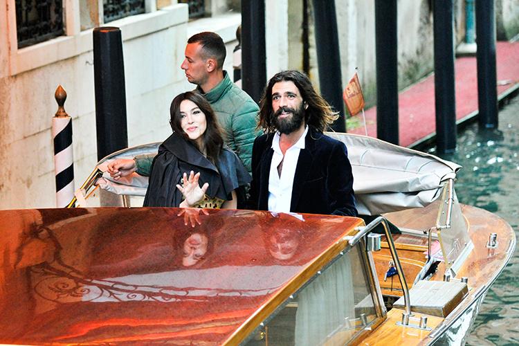 133587 Романтика в Венеции: Моника Белуччи с бойфрендом Николя Лефевром по дороге на бал Dior