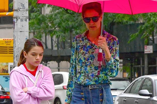 134482 Кэти Холмс с дочерью Сури прогулялась по дождливому Нью-Йорку
