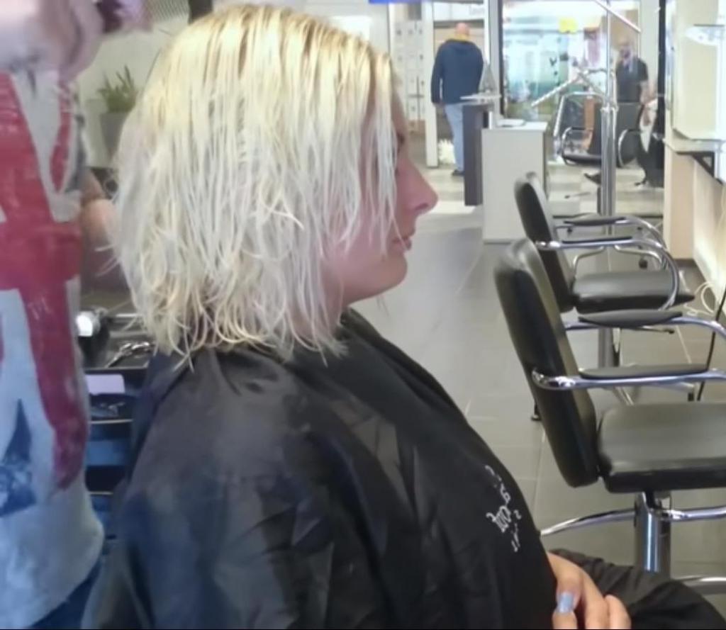Девушка не знала, как постричься. И парикмахер сделал всё на своё усмотрение