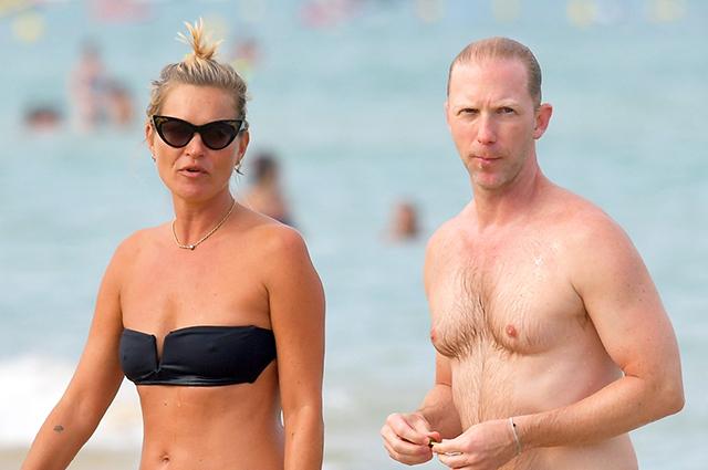Кейт Мосс с бойфрендом и друзьями отдыхает в Сен-Тропе: фото