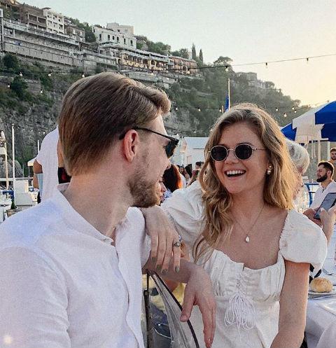 Никита Ефремов и Мария Ивакова устроили танцы на яхте
