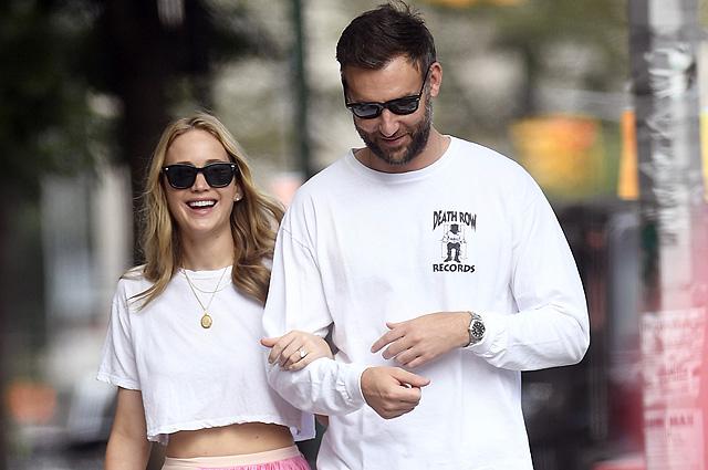136506 Дженнифер Лоуренс на прогулке со своим женихом Куком Марони в Нью-Йорке