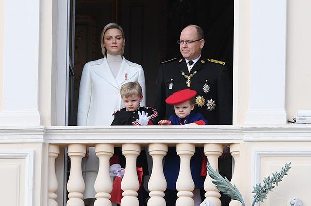 138268 Князь Альбер II, княгиня Шарлен с детьми и другими членами семьи на Национальном дне Монако