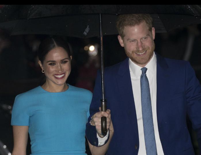 140105 «Счастливые»: Меган Маркл в бирюзовом платье вышла в свет с принцем Гарри в Лондоне