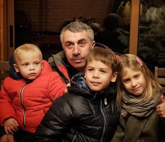 Счастлив в браке 40 лет: жена, сыновья и внуки доктора Комаровского