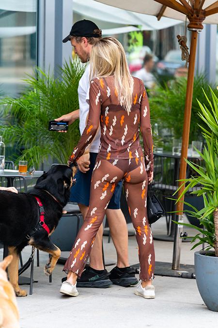 143790 Не надо стесняться: Эмили Ратажковски прогулялась в абсолютно прозрачном костюме по Нью-Йорку