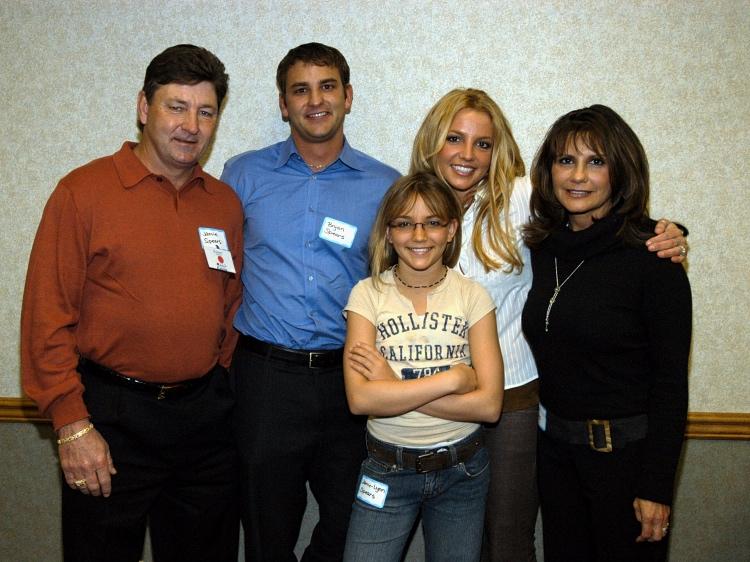 Бритни Спирс с сестрой Джейми, матерью Линн, отцом Джеймсом (крайний справа) и братом Брайном