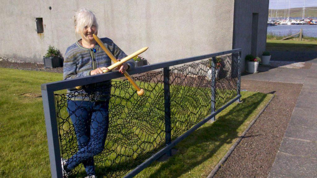 150131 Женщина решила связать себе кружевной забор. Теперь такие есть практически в каждом дворе ее родного города