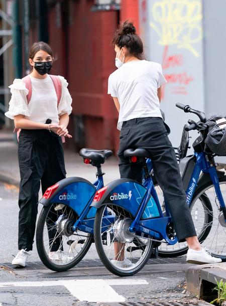 155611 Кэти Холмс устроила велосипедную прогулку по Нью-Йорку со своей дочкой Сури и бойфрендом Эмилио Витоло
