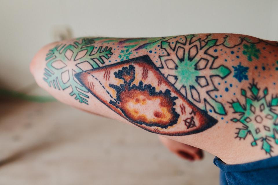 162622 Почему татуировки сохраняются вечно, если кожа постоянно обновляется?