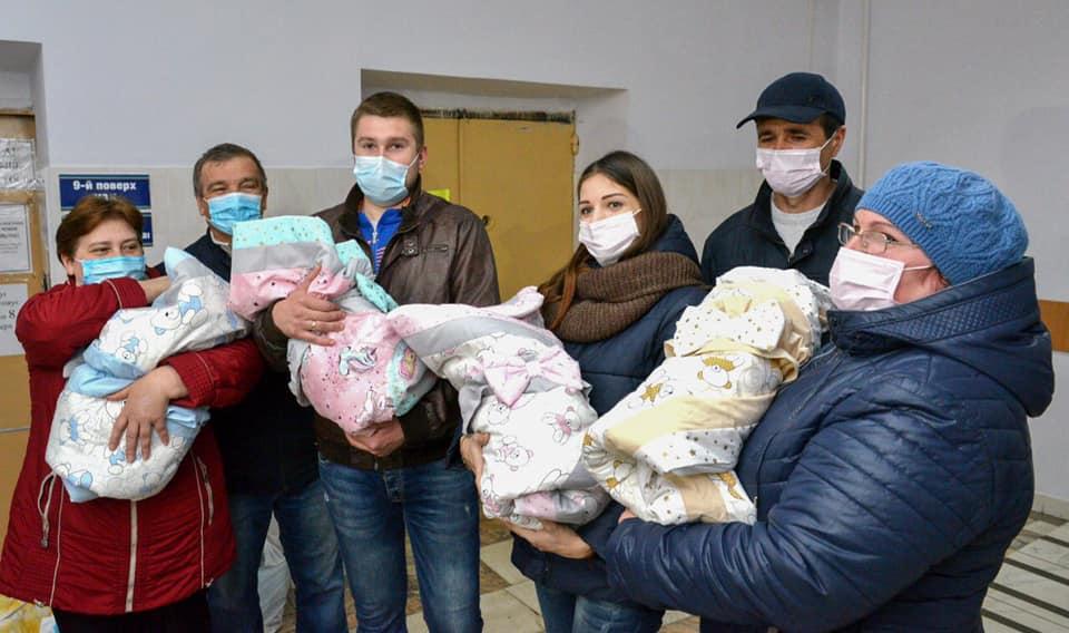 162439 Уникальной четверни из Кропивницкого уже 10 месяцев. Родители рассказали как они справляются с малышками