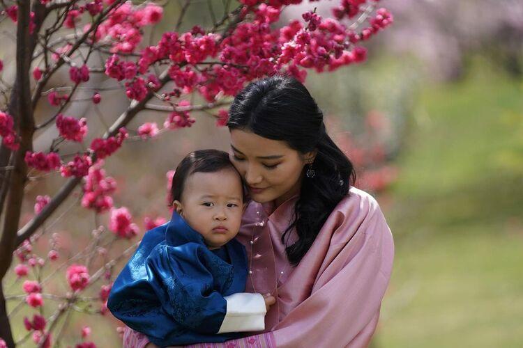 168185 Король и королева Бутана отметили первый день рождения младшего сына: новые фото